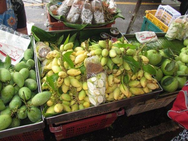 мелкие зелёные кислые манго в таиланде