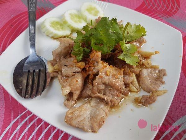 Жареные кусочки свинины и чесноком (муу гратиам)
