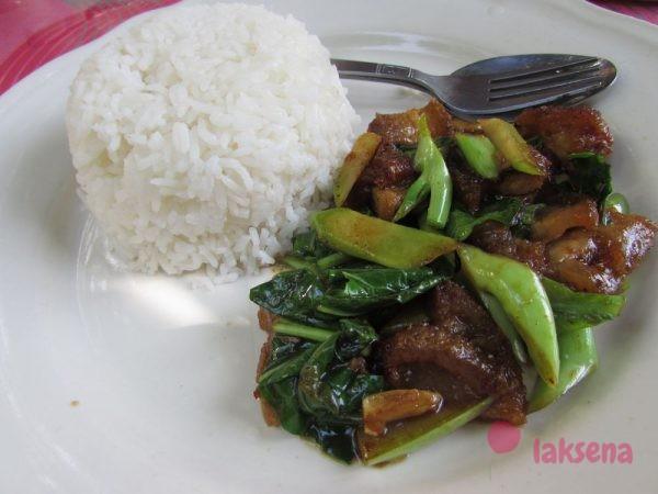 Рис с хрустящей свининой и китайской брокколи - као ка наа муу грооп.