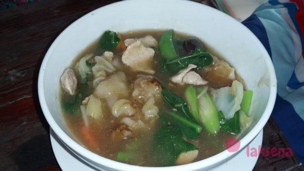 широкая жареная лапша с подливой лапша в тайской кухне