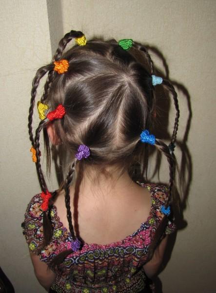 простые прически для девочек радужный хоровод косичек