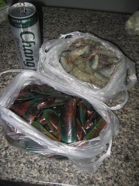 сырые креветки и мидии блюда из рыбы и морепродуктов в таиланде