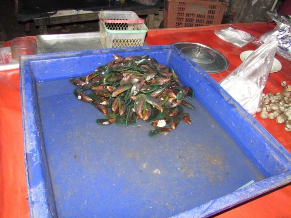 мидии на рынке блюда из рыбы и морепродуктов в таиланде