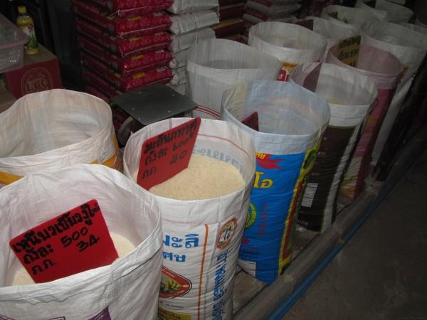 Выбор риса на рынке