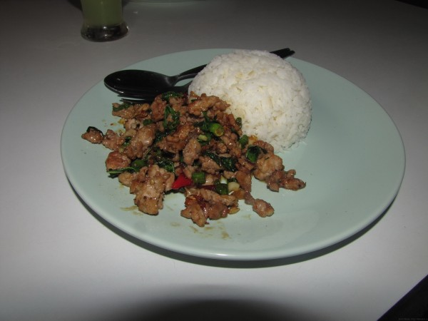 Рис со свининой и листьями базилика тайские травы