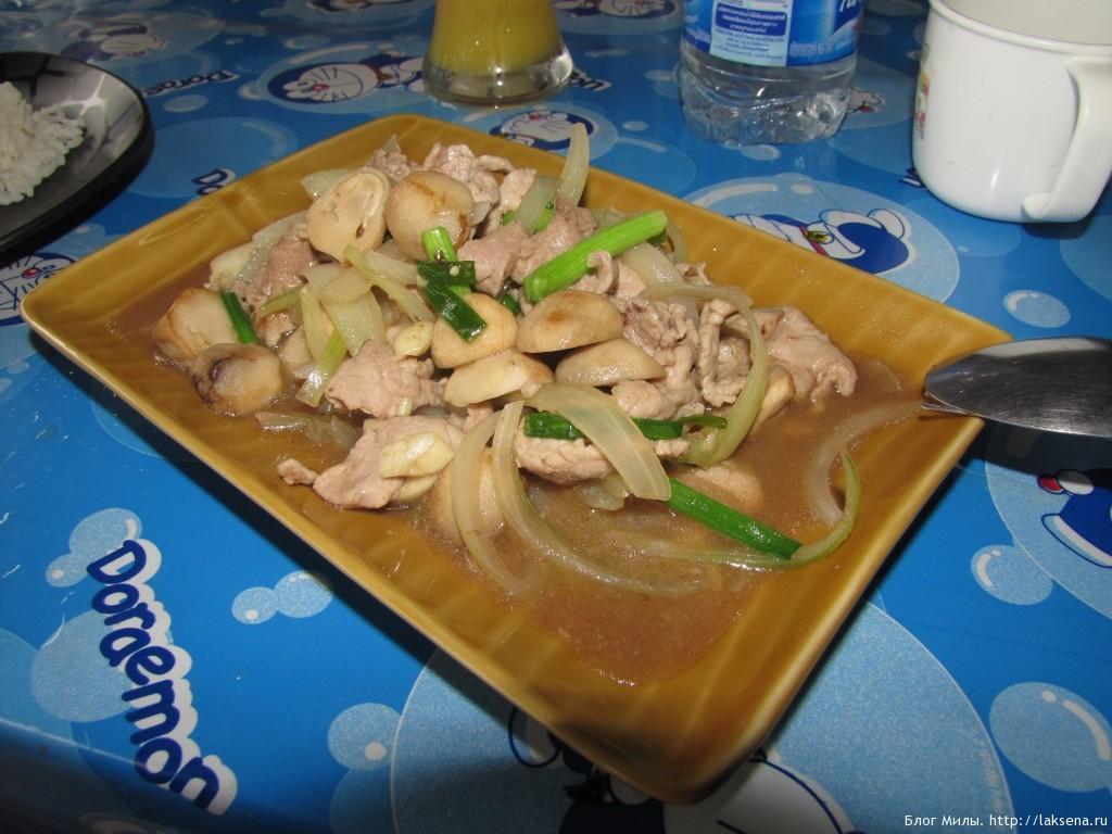 Курица с грибами и луком в устричном соусе
