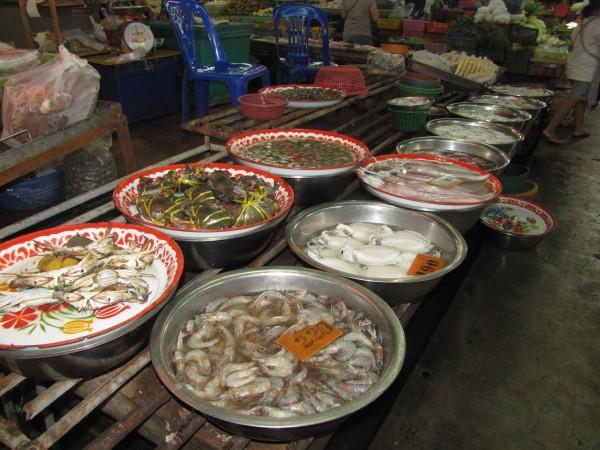 Крабы и другие морепродукты на рынке блюда из рыбы и морепродуктов в таиланде
