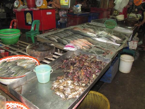 Свежая рыба на рынке в таиланде