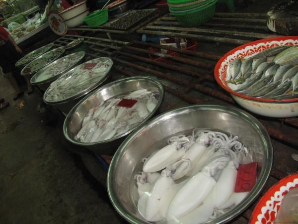 кальмары на рынке блюда из рыбы и морепродуктов в таиланде