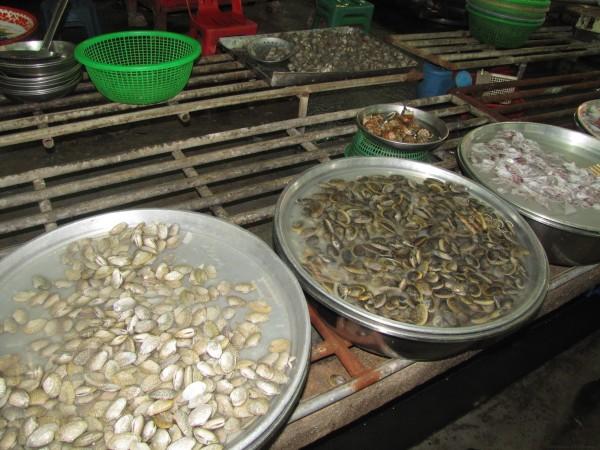 моллюски на рынке блюда из рыбы и морепродуктов в таиланде