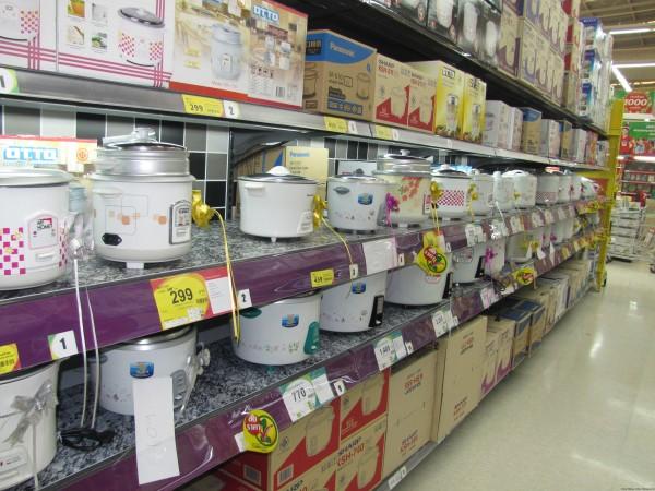 Выбор рисоварок в тайском супермаркете