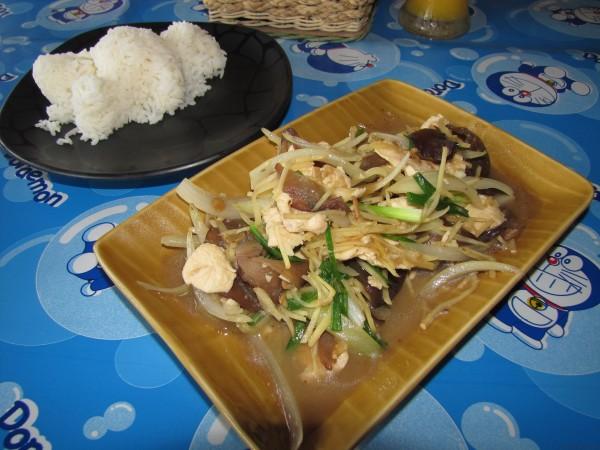 Курица с грибами, луком и имбирем