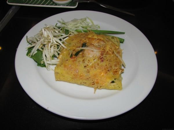 Пад Таи (жареная лапша) с креветками в омлете