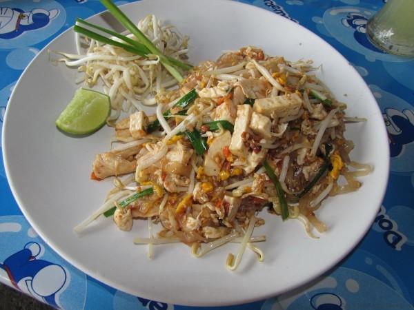 жареная лапша пад таи овощи в таиланде ростки бобов маш