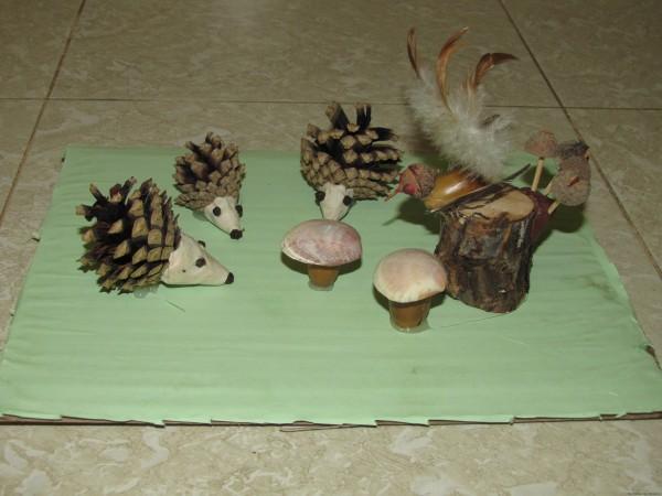 поделка в детский сад из шишек пеньков пластилина ракушек желудей перьев