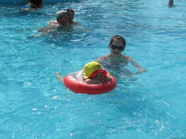 С малышом в бассейне