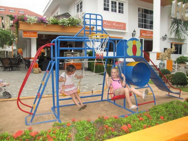 lдетская площадка на Пратамнаке у отлеля из системы New Nordic детская площадка в Паттайе