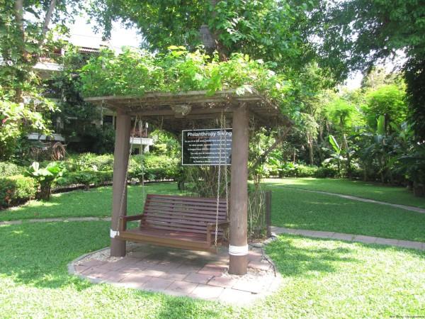Большие качели в Birds and Bees Resort