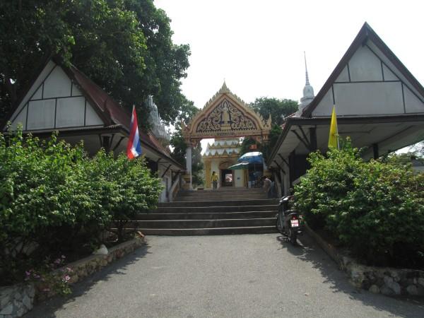 смотровая площадка в Паттайе храм Wat Khao Phra Bat
