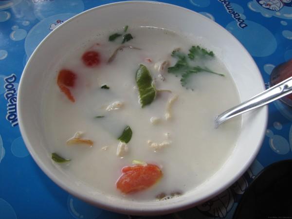 Суп Том КХа Кай (остро-кислыйсуп с кокосовым молоком и курицей)