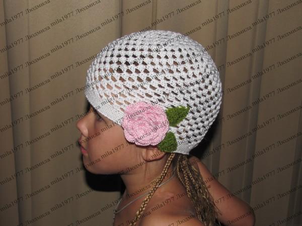 летняя шапочка девочке крючком с розой