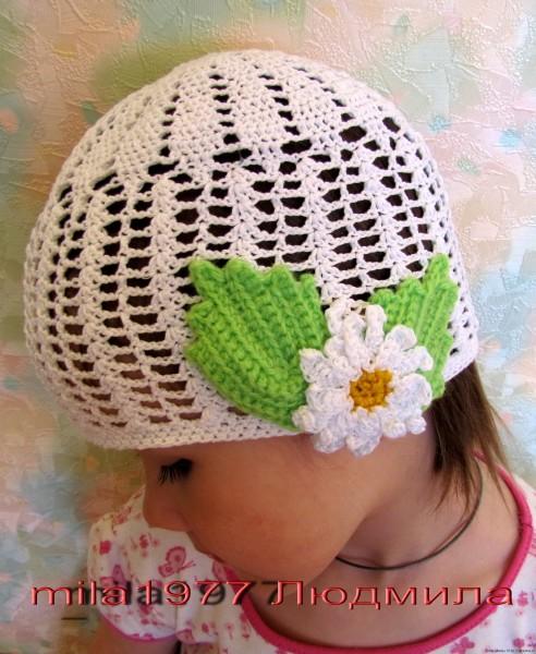Белая ажурная летняя шапочка девочкес ромашкой крючком
