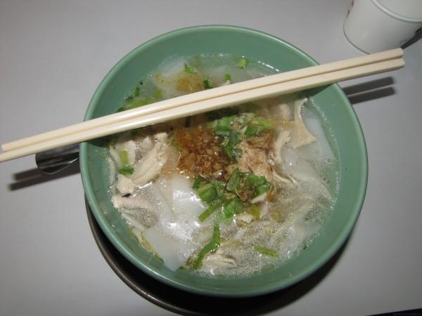 Тайский суп с лапшой и курицей