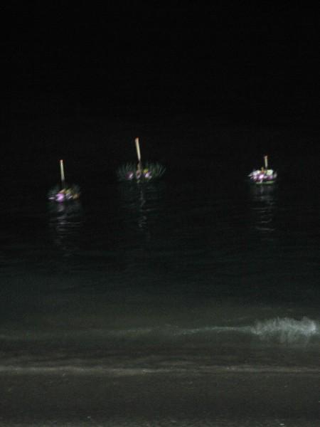 кратонги на воде на Лой Кратонг