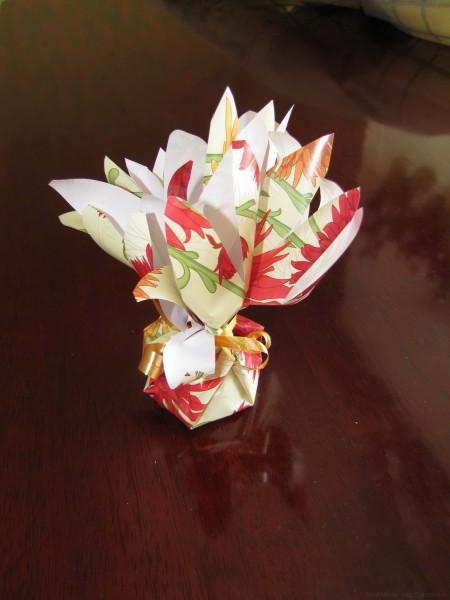 упаковка подарка в цветочный мешочек из бумаги