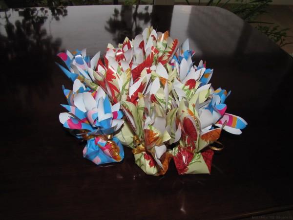 упаковка из подарка из бумаги в виде цветочного мешочка