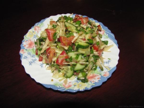Салат с черемшой, капустой, помидорами и огурцами