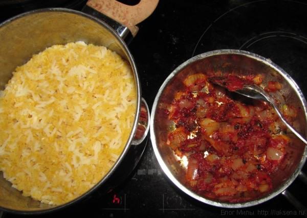 красная чечевица с рисом и лук с томатной пастой и специями