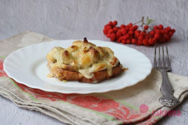 Бутербродный пирог-запеканка с луком пореем