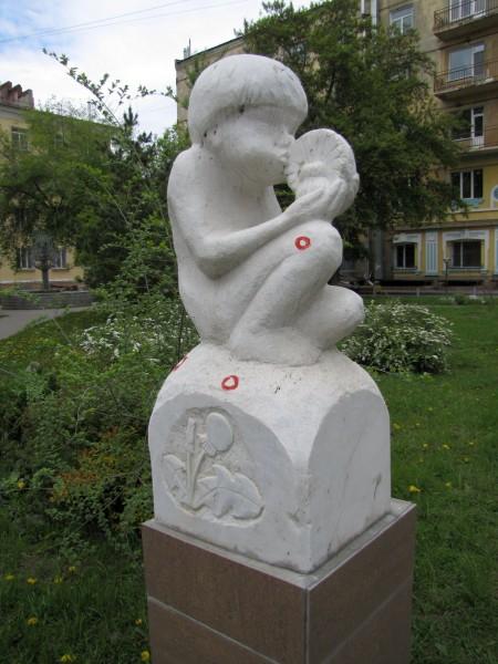 скульптуры новосибирска сережа мальчик с одуванчиком