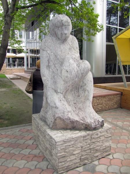 памятники первомайский сквер новосибирск девушка над ручьем