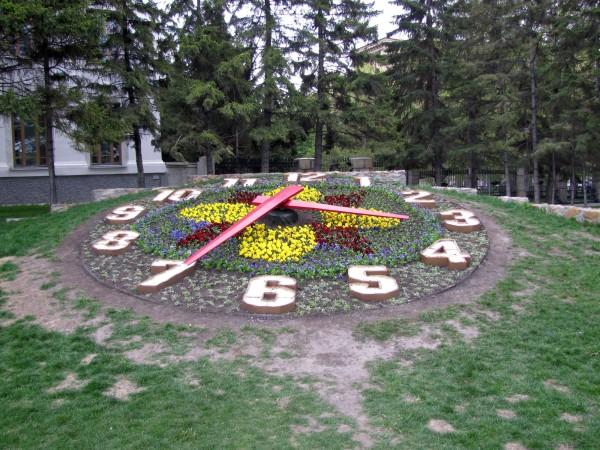 памятники в новосибирске цветочные часы