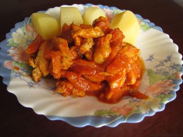 куриное филе с курагой и томатом