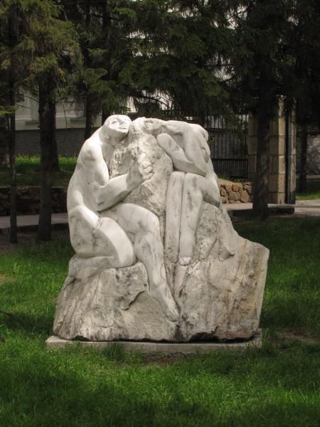 каменные скульптуры новосибирска пара утопающая в объятиях утомленные любовники