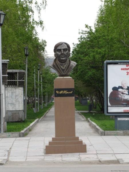 памятники скульптуры Новосибирска фото памятник И.А. Крылову