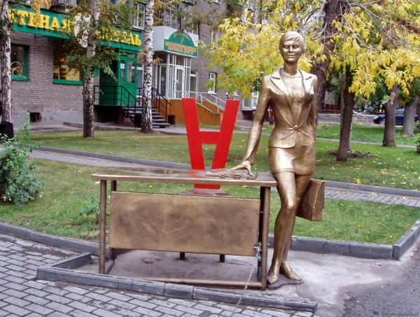 Городские скульптуры Новосибирска по улице Мичурина памятник деловой женщине