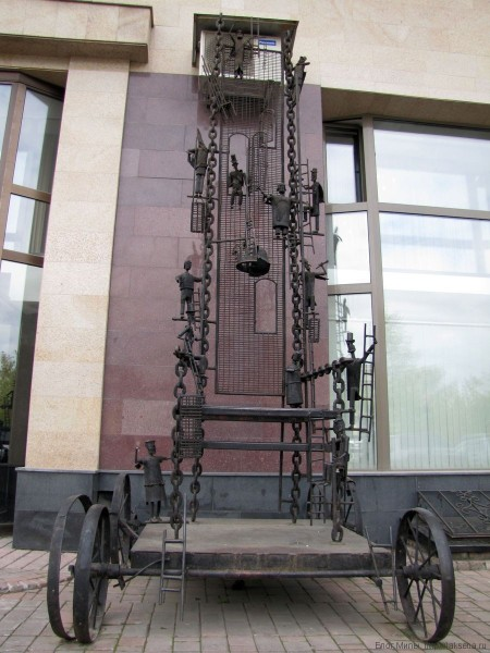 памятники новосибирска на площади ленина трон