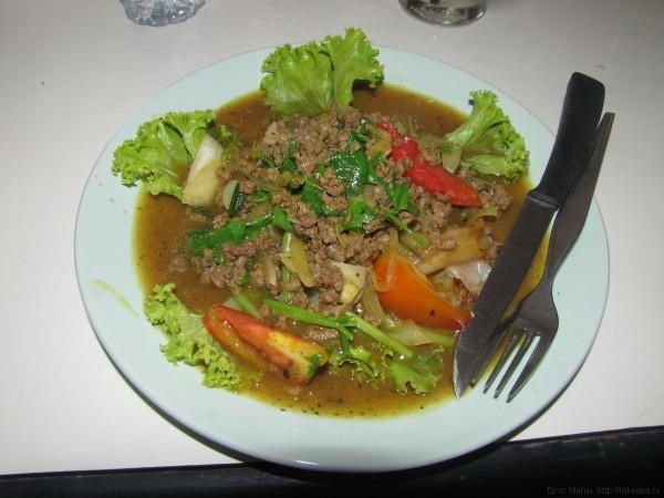 тайские травы жареная лапша с рубленным мясом и овощами салат