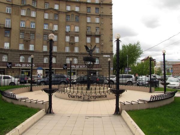 памятники в новосибирске аисты композиция счастье строится