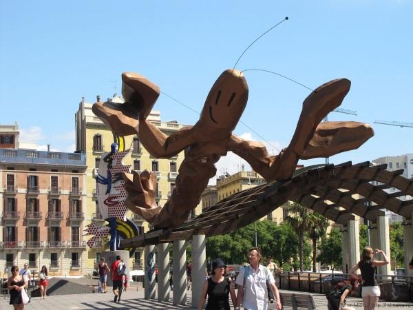 памятник улыбающийся лангуст, набережная Барселоны