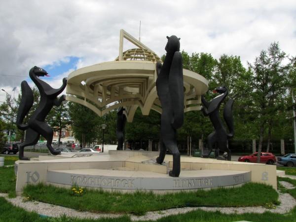 памятники в новосибирске сибирские просторы памятник с соболями