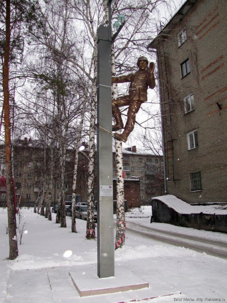 памятники скульптуры новосибирска Памятник электромонтеру на фонарном столбе