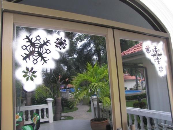 декорирование окон на новый год снежинками