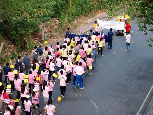 демонстрация на день рождения короля таиланда