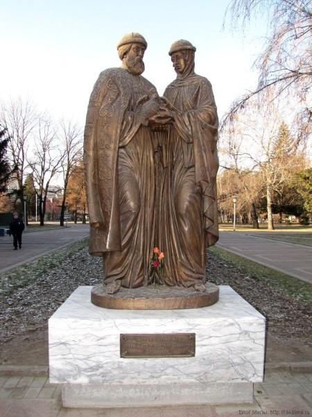 памятники новосибирска нарымский сквер памятник святым благоверным петру и февронии муромским