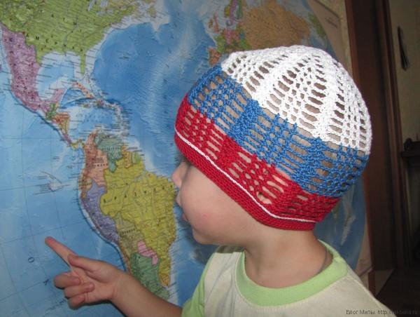 летняя вязаная шапочка для мальчика бело сине красная